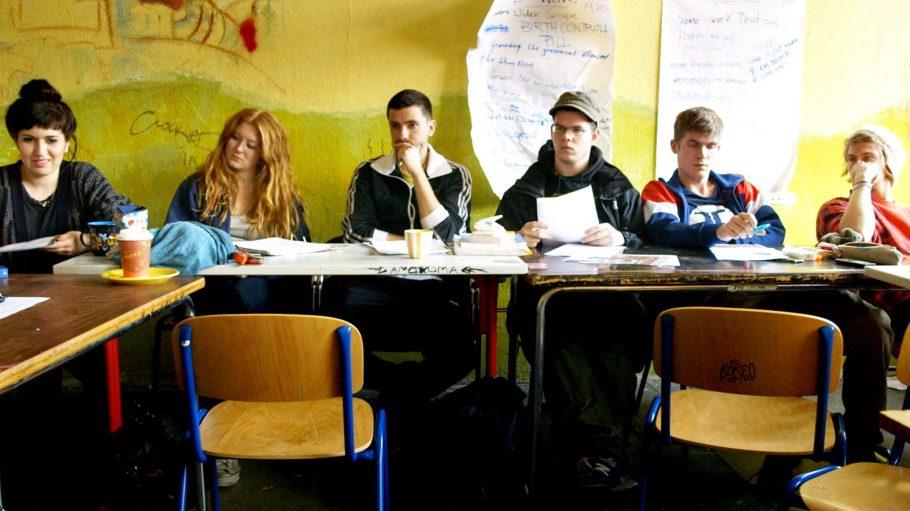 Eigentlich ein ganz normales Klassenzimmer: Bunte Wände und SchülerInnen, denen nicht immer nach Lernen ist. Doch die SFE ist für Florian, Mimy und ihre Freunde die letzte Möglichkeit, noch einen Abschluss zu bekommen.