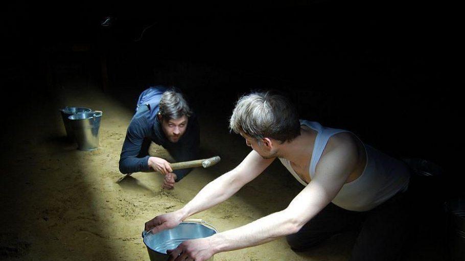 Klaustrophobisch eng ist es unter Tage: Dennis Katzmann (links) und Claas Würfel spielen die Tunnelgräber.