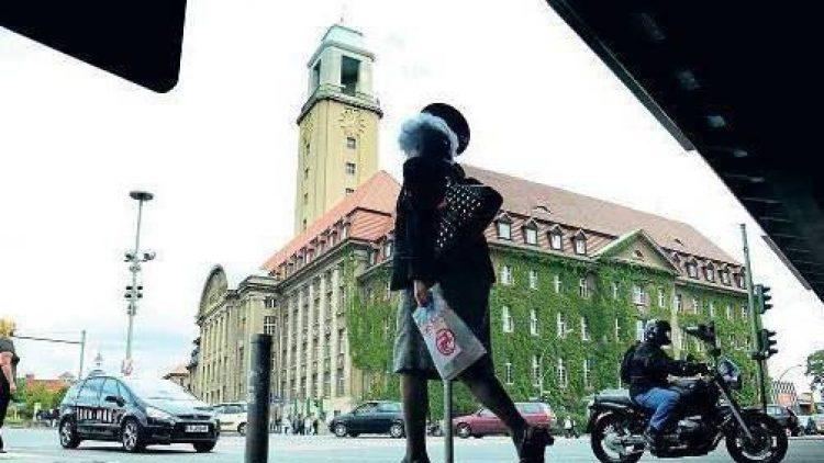Im Zentrum Spandaus. Das Rathaus an der Carl-Schurz-Straße, zwischen 1910 und 1913 gebaut, stammt noch aus der Zeit, als Spandau eine eigenen Stadt und nicht ein Bezirk von Berlin war. Erst 1920 wurde sie von Groß-Berlin eingemeindet.