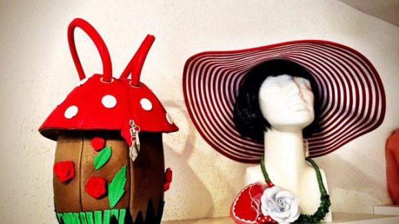 Hier gibt es Accessoires, die sich sehen lassen können. Zum Beispiel: schicke Hüte und farbenfrohe Taschen.