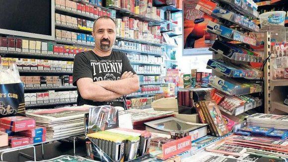 Immer da. Späti-Besitzer Sahhüseyin Özer gehört für seine Kunden zum Leben im Kiez dazu. Doch sonntags müssen viele ihre Brötchen, Zeitung und Bier jetzt an der Tankstelle kaufen.