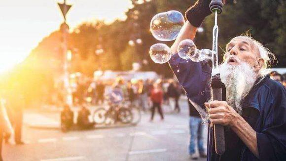 """Immer mittendrin. Bernhard Enste tanzt die Wochenenden durch. """"Ihr seid meine Droge!"""", ruft er in die Menge und verteilt seine Seifenblasen."""
