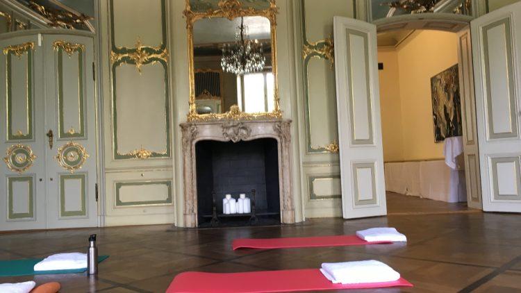 Vor der Yoga-Stunde ist nach der Yoga-Stunde: Einmal im Monat verwandelt sich dieser historische Raum in eine Sportstätte.