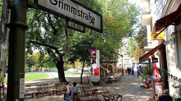 In der Grimmstraße tobt noch nicht das Partyleben, aber der Bezirk beugt lieber mit einem Kneipen-Stopp vor.