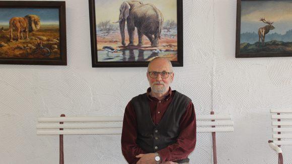 In der Scheune hinter seinem Haus hat Reiner Zieger eine kleine Galerie eingerichtet. Bald sind seine Bilder auch in Potsdam zu sehen.