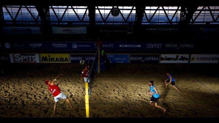 South Beach Berlin holt das Strand-Vergnügen in die Halle: Ob Sommer oder Winter – gezockt werden kann auf den Indoor-Courts bei Wind und Wetter.