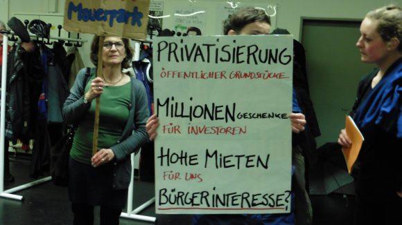 """Bürger der Initiative """"100% Mauerpark"""" stellten bei dem Infoabend mit zahlreichen Plakaten und Bannern die Intentionen der Politik und der Groth Gruppe in Frage."""
