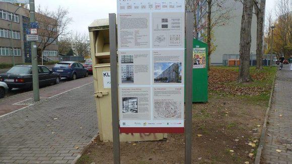 An der Sewanstraße informiert eine Tafel über die Geschichte des Plattenbaus mit dem Kürzel P 2/11 ...