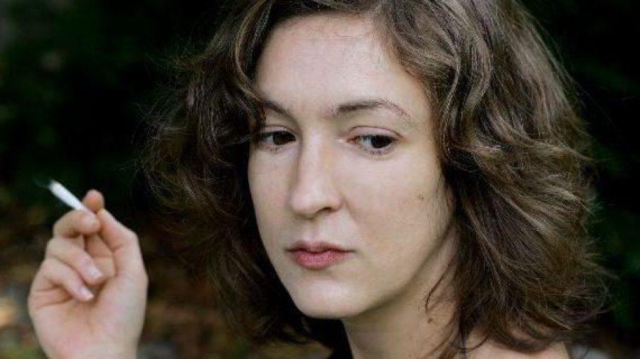Inger-Maria Mahlke mit dunkelblonden Haaren, schwarzem Oberteil und Zigarette