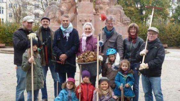 Carsten Meyer (außen r.), Inititator des nachbarschaftlichen Engagements am Arnswalder Platz, mit seinen großen und kleinen Helfern beim Aktionstag am 27.10.2012.