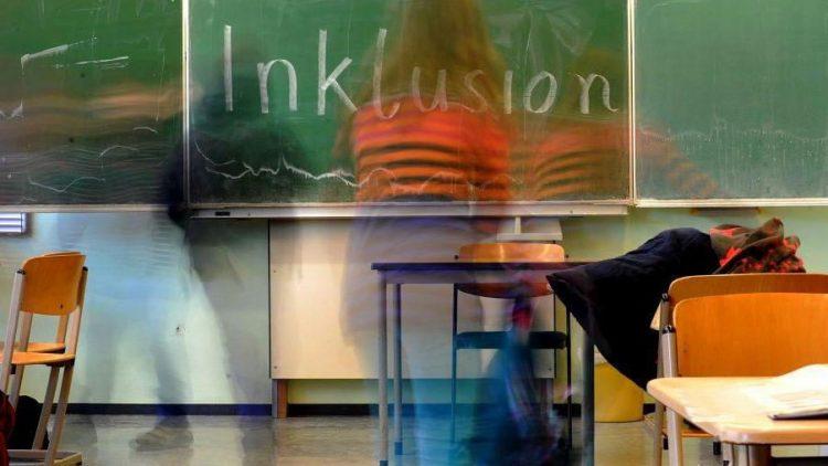 Das Wort Inklusion wurde in einer Inklusionsklasse groß an die Tafel geschrieben.