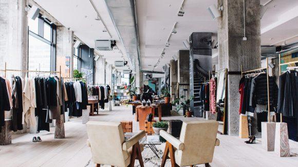 Das Innere des The Store x Soho House in Industrial Chic bietet eine große Auswahl an exklusiven Marken.