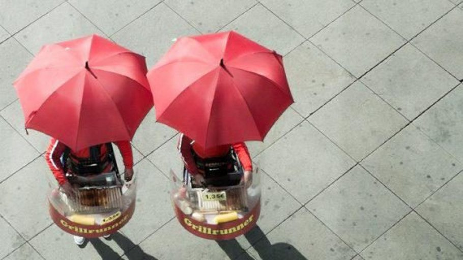 Zwei Wurstverkäufer unterm Sonnenschirm fotografierte Michael Schulz von Berlinstagram.