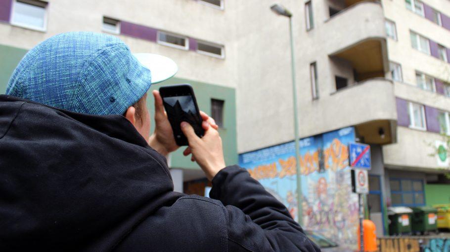 Instagram-Star Konaction nimmt am Kottbusser Tor ein Bild auf. Was er wohl entdeckt hat?