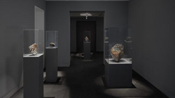 Technische Geräte eingebettet in geschmolzenes Gestein siehst du in der Galeria Dittrich und Schlechtriem.