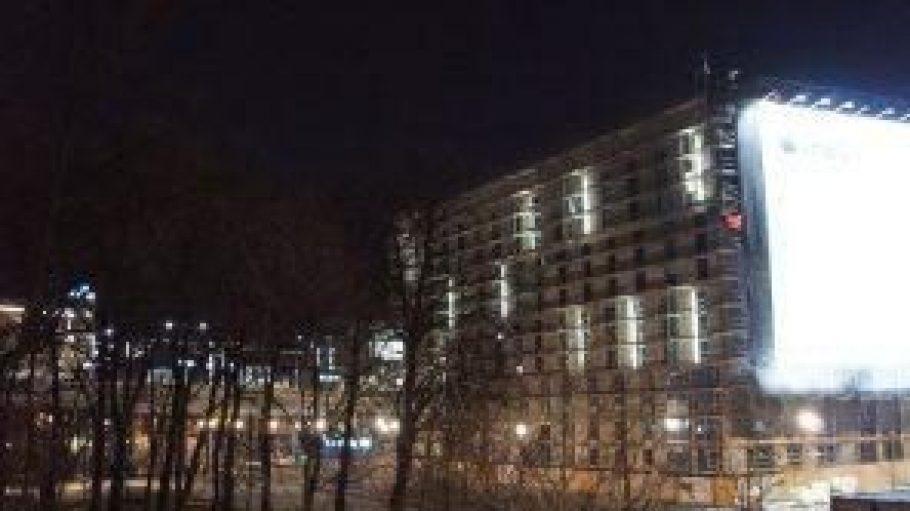 Das halbfertige Intercity Hotel beginnt vor Freude über den neuen Nachbarn glatt zu leuchten.