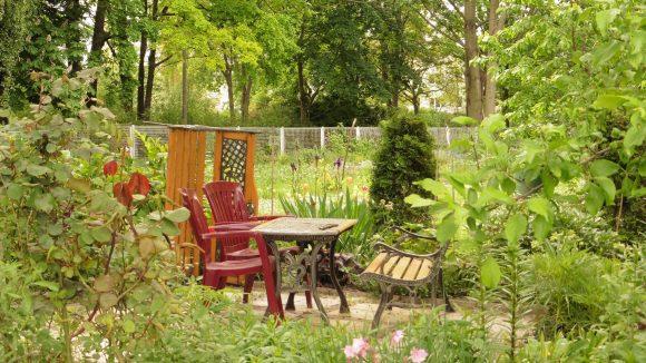 Kleine Begegnungsflächen laden die Gartennutzer dazu ein, sich zu setzen und einander in gemütlicher Atmosphäre kennenzulernen.