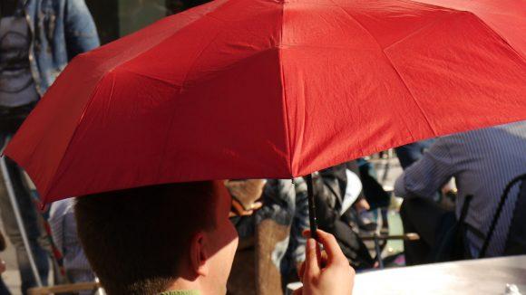 Sonnenschutz statt Regenschirm ist dieser Tage in Berlin angesagt.