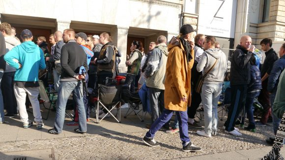 Großer Massenauflauf vor dem Apple Store am Kudamm: vor einer Woche waren es erst zwei, heute warten mehr als 100 Leute auf das neue iPhone 6.