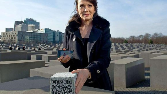 Schauspielerin Iris Berben bei der Präsentation einer neuen App am Berliner Holocuast Mahnmal.