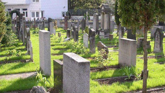 Im Islamischen Friedhof am Columbiadamm reihen sich die Grabsteine dicht an dicht. Die muslimische Gemeinde fordert mehr Platz.