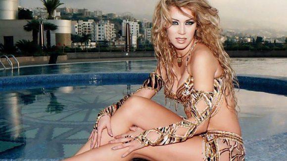 Die Kurven der sexiesten Bauchtänzerin der Welt, Amelia Zidane, sollte man sich nicht entgehen lassen.