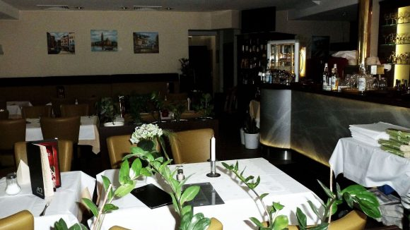 Ursprünglich gehörte dieser eine Raum zum Restaurant. Wegen großer Besucherzahl kamen nach und nach zwei weitere Räume dazu.