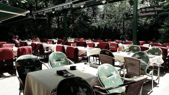 Auf der Terrasse des Restaurants kann man bei schönem Wetter den einen oder anderen Espresso genießen