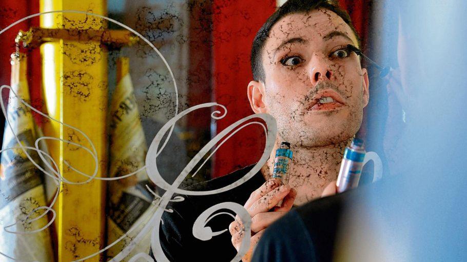 Ein Blick in den Spiegel - Jack Woodhead bereitet sich für seine nächste Show vor.