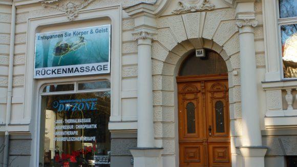 Das Jadehaus: Wer Probleme mit Rückenschmerzen hat, dem könnte eine Massage hinter diesen Mauern helfen.