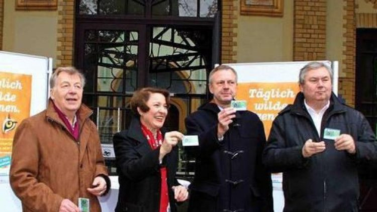 Eberhard Diepgen, kaufmännischer Vorstand Gabriele Thöne, Aufsichtsratsvorsitzender Frank Bruckmann und Zoodirektor Bernhard Blaszkiewitz (von links) bei der Präsentation der neuen 3 in 1-KombiCard.