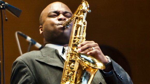 Wer könnte dir die Neue Musik-Szene der USA besser näherbringen als James Carter? Schließlich ist der US-amerikanische Saxophonist einer der bekanntesten Vertreter des Avantgarde-Jazz.