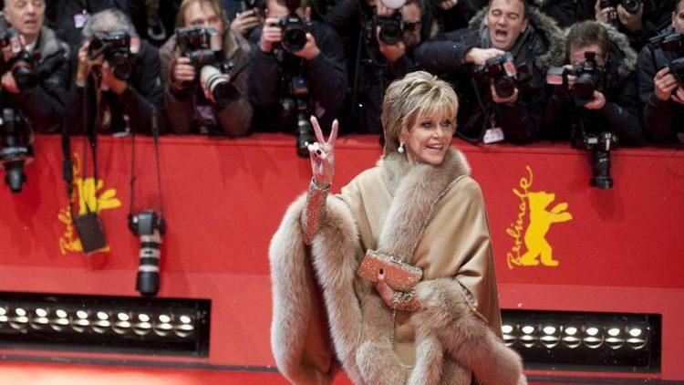 Ein Hauch von Hollywood: Schauspielerin Jane Fonda auf dem roten Teppich. Sie stellte sich dem Heer der Fotografen mit einem Victory-Zeichen.