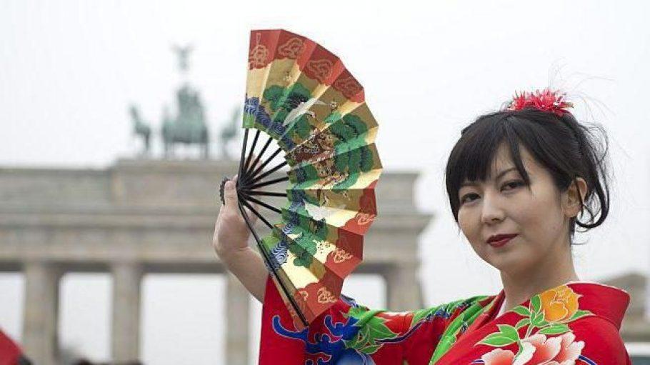 Asako wirbt im klassischen Kostüm für das JapanFestival in Berlin - doch auch die japanische Moderne ist in der Urania vertreten.
