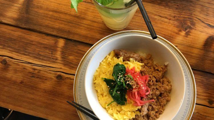 Das House of Small Wonder überzeugt mit japanischen Gerichten wie dem Soboro Don (Hühnchen und Ei über Reis) sowie der hausgemachten Minz-Limonade.