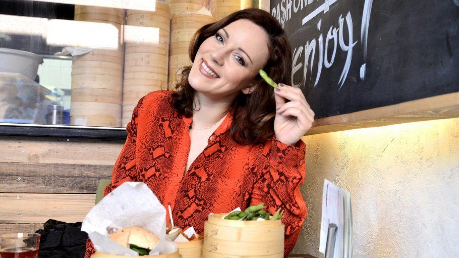 """Salmon Burger, Edamame Beans und Sweet Potatoes im Shiso. """"Das Thema Burger wurde hier für mich neu erfunden"""", schwärmt Jasmin Wagner. """"Die Burger-Kreationen sind auch für Vegetarier eine tolle Alternative."""""""