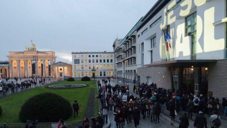 """""""Je suis Charlie"""", die Solidaritätsbekundung wurde auf die Fassade der Französischen Botschaft projiziert. Die Kundgebung der Mahnwache in Berlin fand zeitgleich mit der in Paris statt."""