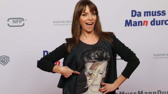 Auch einige mehr oder weniger Prominente kamen zur Premiere auf den roten Teppich. Die Moderatorin Jean Bork bespaßte die Fotografen gleich mehrere Minuten lang und zeigte die ganze Zeit auf ihr T-Shirt.