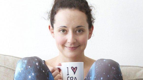 Jennifer Ospelt mit ilovespa-Tasse - die es in ihrem Online-Shop übrigens auch zu kaufen gibt.