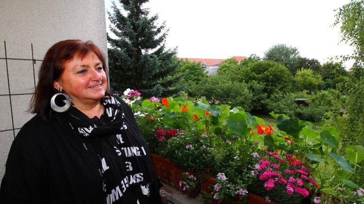 Jenny Schon auf ihrem Balkon mit Blick auf das Grün, für das sie kämpft.