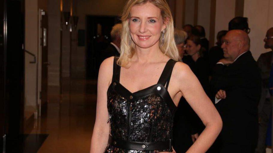 Die Designerin Jette Joop, Tochter von Wolfgang Joop, strahlt mit ihrem reflektierenden Kleid um die Wette, als sie zur Gala im Marriott erscheint.