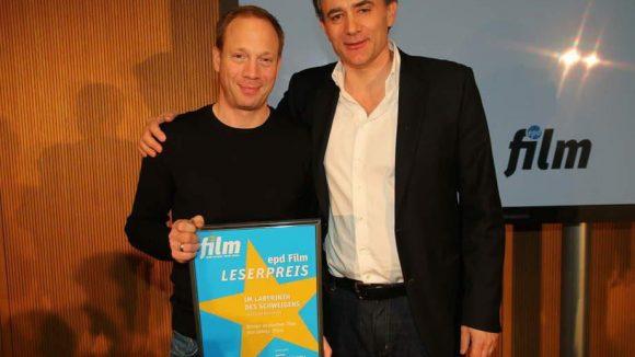 """Eine Preisverleihung gab's in der Hessischen Landesvertretung auch: Die epd Film vergab einen Leserpreis für den Film """"Im Labyrinth des Schweigens"""". Johann von Bülow (l.) und Regisseur Giulio Ricciarelli nahmen den Preis freudig entgegen."""