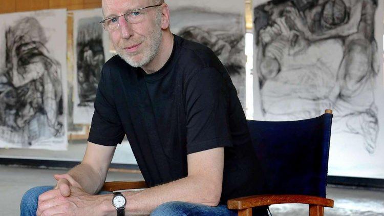 Johannes Heisig sitzt in seinem neuen Atelier, dem ehemaligen Kampfsportraum im SEZ.
