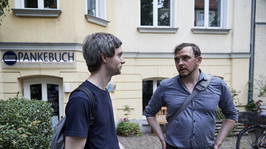 Johannes Krätschell (r., mit QIEZ-Redakteur Nikolaus Triantafillou) ist der perfekte Kiez-Guide. Hier zeigt er uns einen seiner Lieblingsbuchläden.