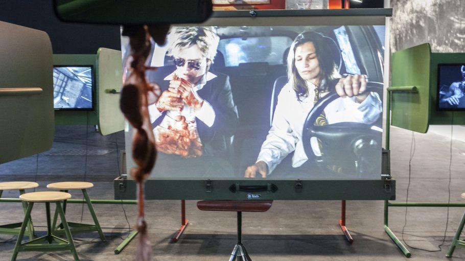 John Bock, Escape – 2013. Installation mit Video. Teil der Installation Appeldorn – 2014.
