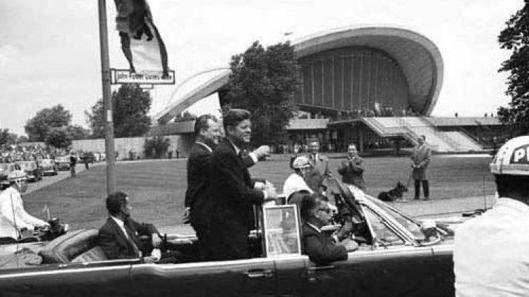 John F. Kennedy im Juni 1963 bei seiner 50 Kilometer langen Triumphfahrt duch die Stadt.