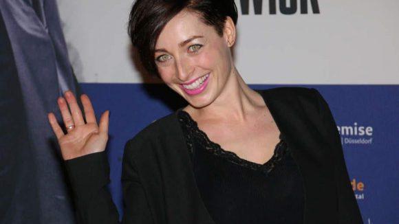 Moderatorin Kathy Weber setzte farbliche Akzente nur im Gesicht.