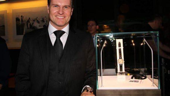 So sieht Product-Placement aus: Sascha Moeri, CEO von Bucherer, neben der Uhr, die Keanu Reeves im Film zur Schau stellt.