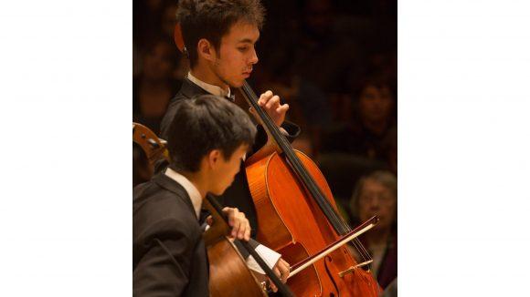 Jonah Ellsworth spielt bereits seit seinem 5. Lebensjahr Cello. In der Vergangenheit hat er an zahlreichen Konzertwettbewerben teilgenommen - und gewonnen. Derzeit ist er mit dem Boston Philharmonic Youth Orchestra auf Europa-Tour.