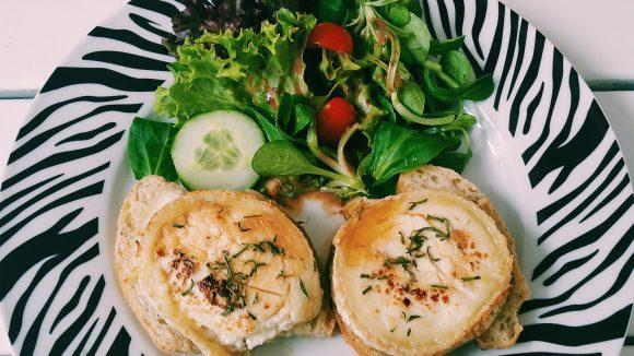 Raffiniert und doch so einfach: Ziegenkäse mit Honig-Rosmarin auf Brot nebst Salat.
